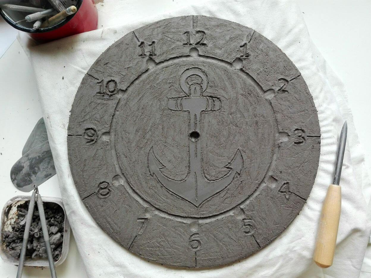 gliniany zegar świeżo ulepiony