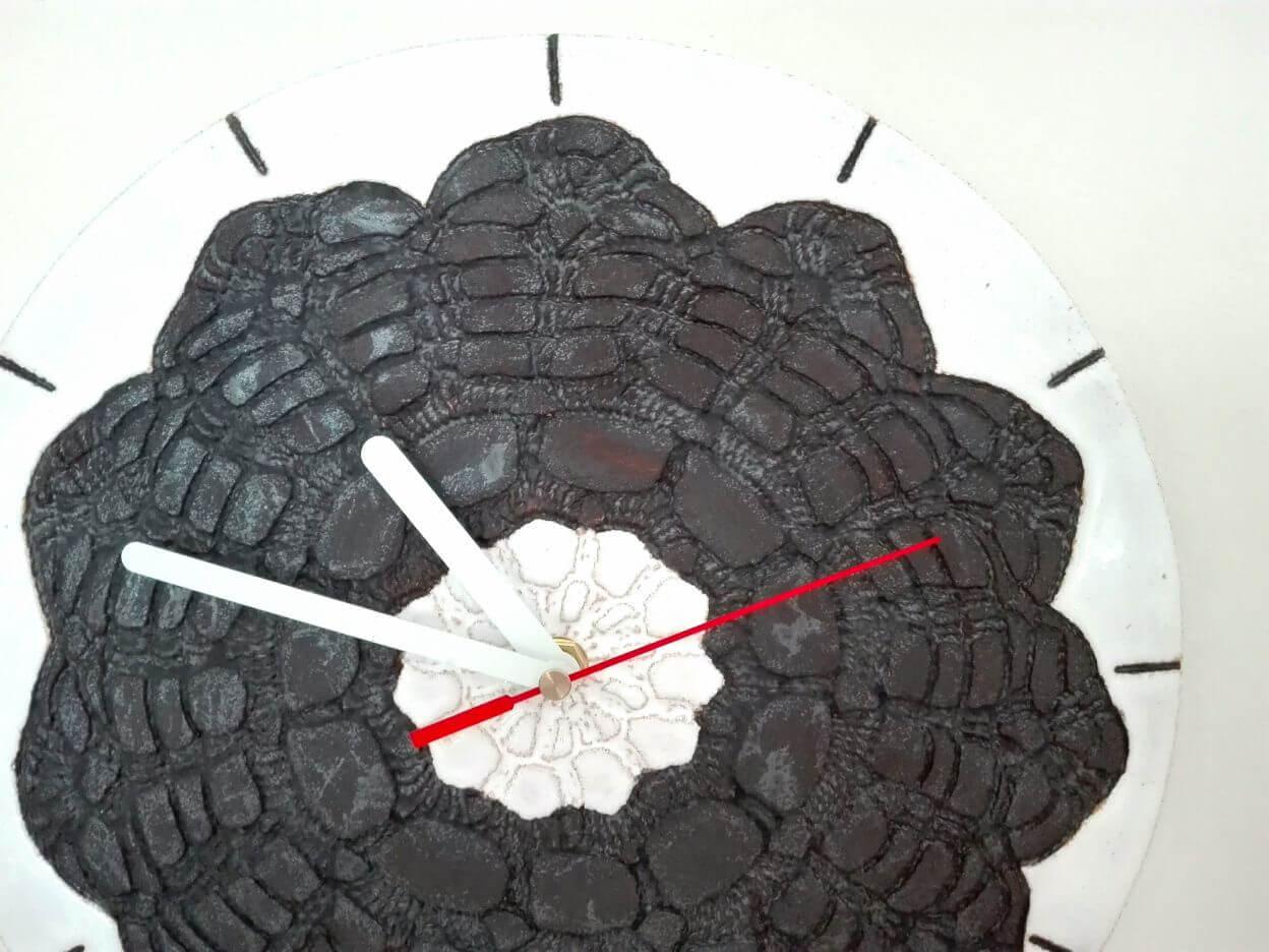 gliniany zegar czarno biały