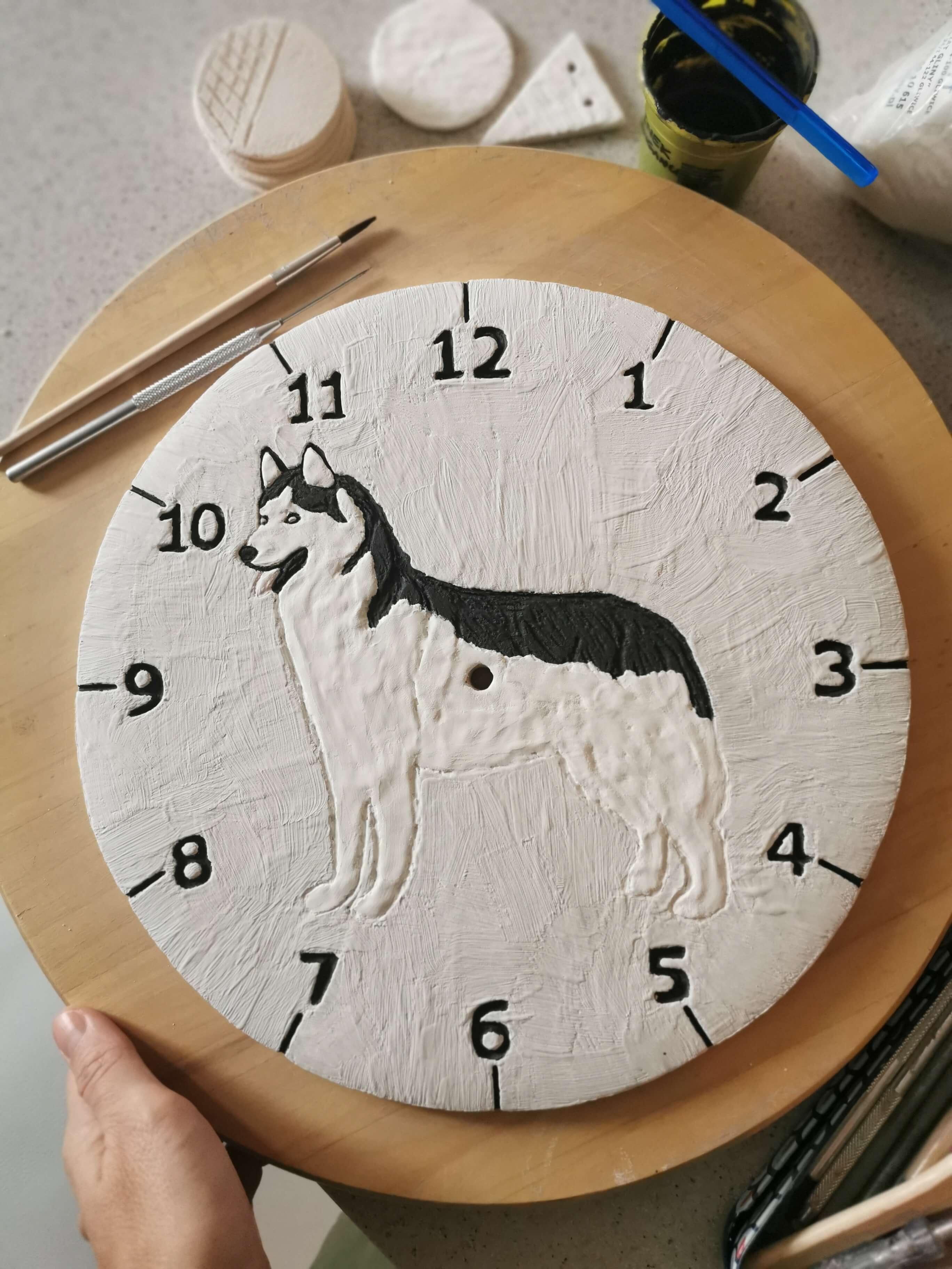 Zegar w trakcie malowania rękodzieło na sciane
