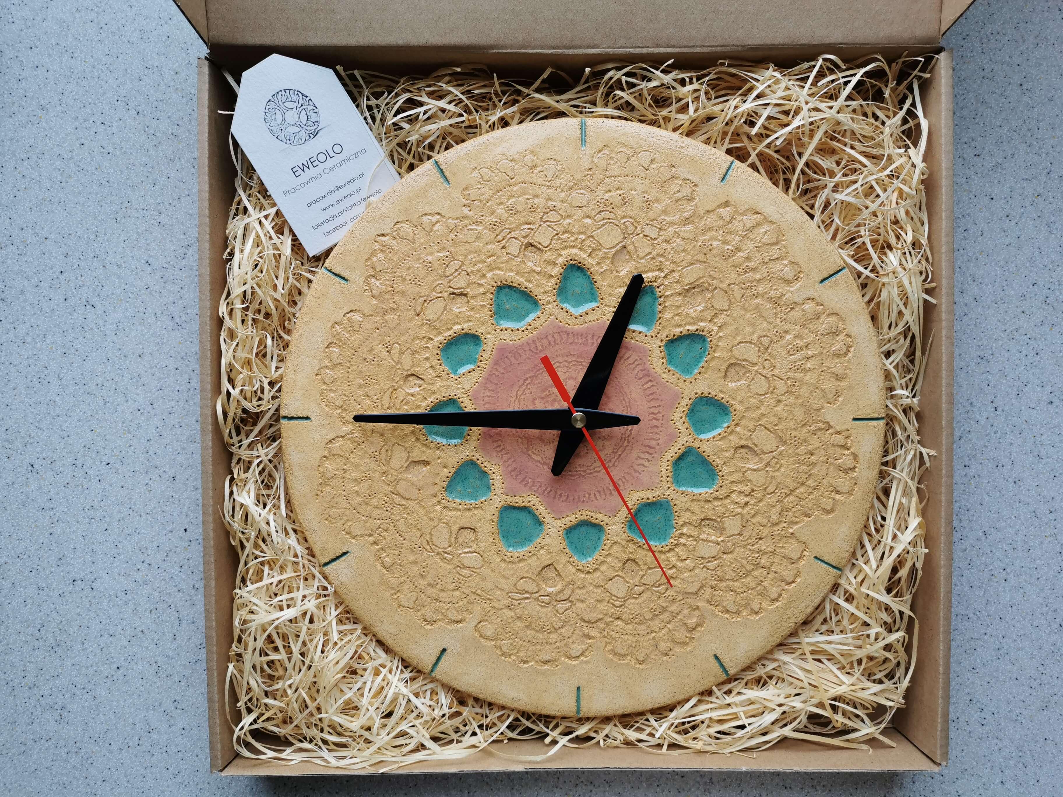 Zegar w stylu wiejskim w jasnych kolorach