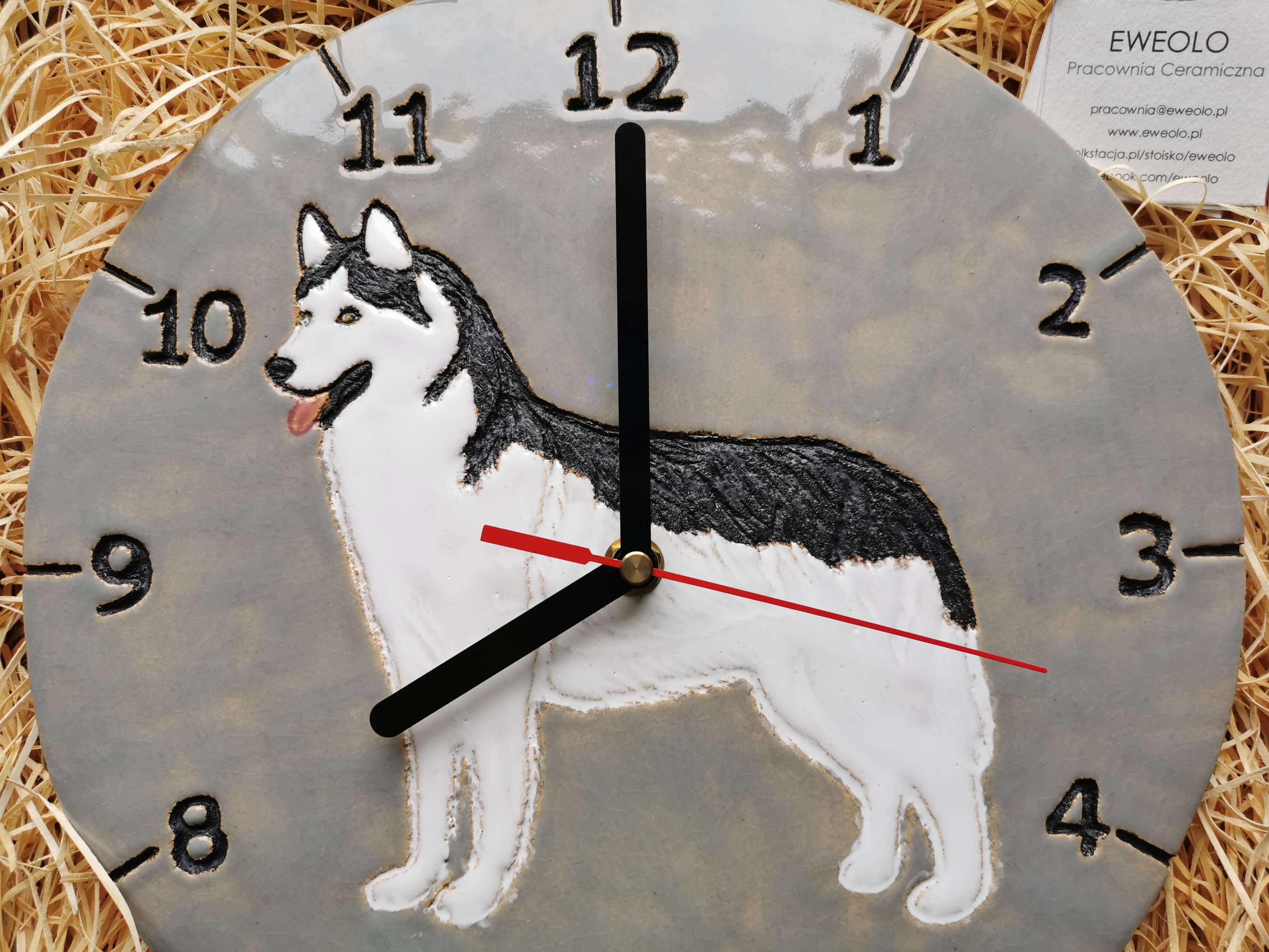 Zegar ścienny szaro biało czarny pies huski