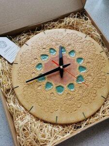 Zegar ceramiczny w jasnych kolorach