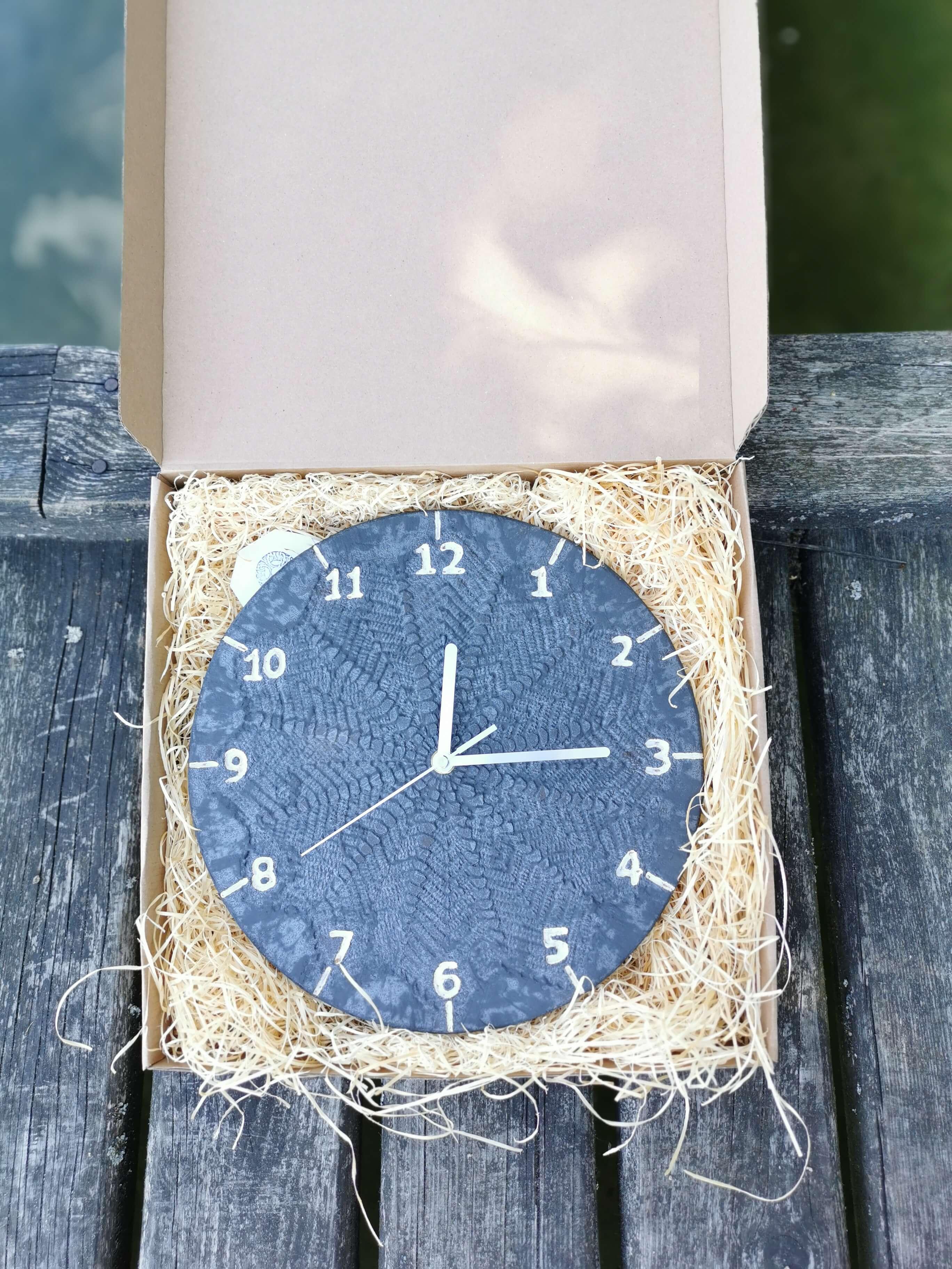 czarny-zegar-koronka-pomysl-na-prezent