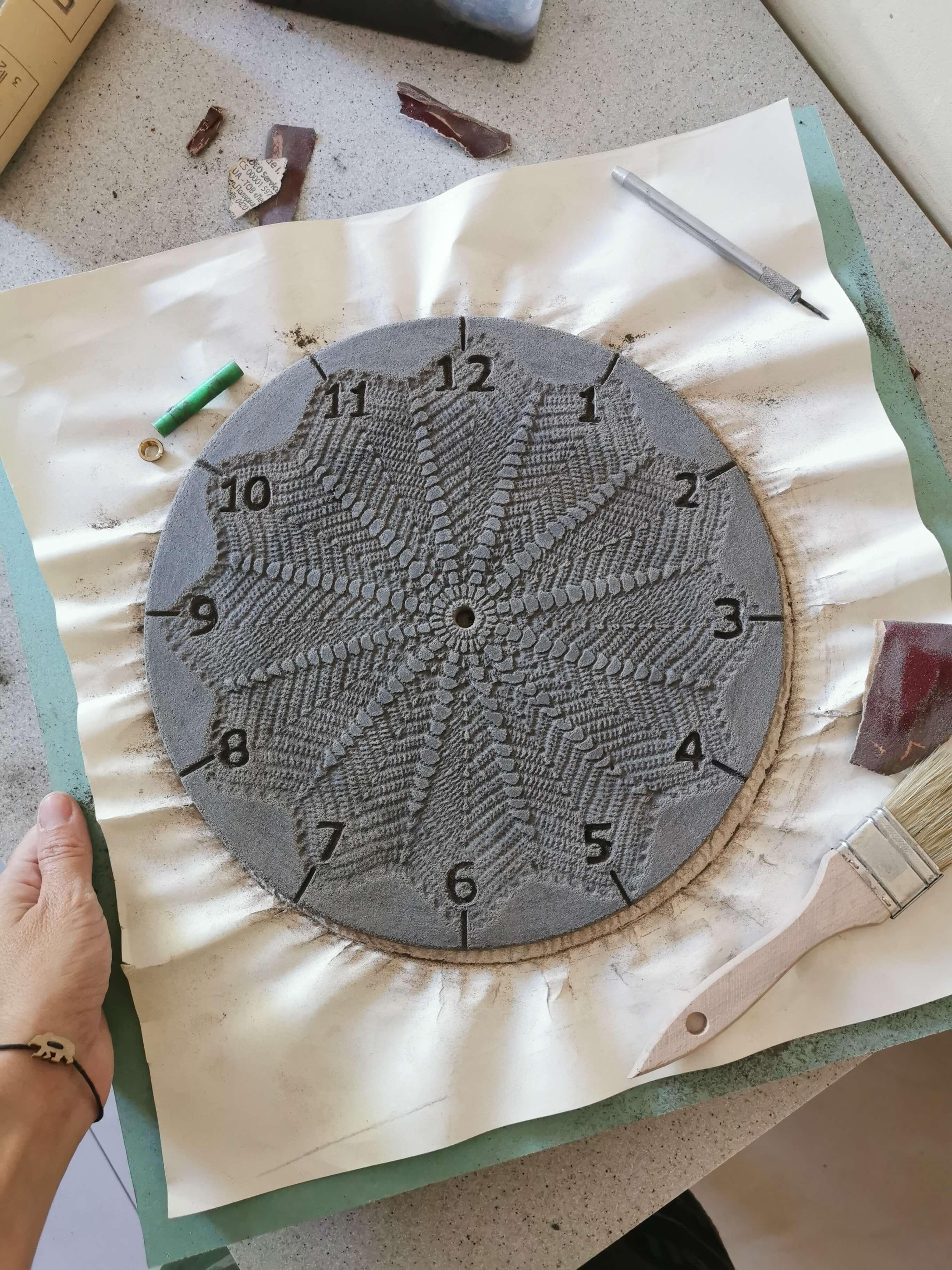czarny-zegar-koronka-warsztat-szlifowanie