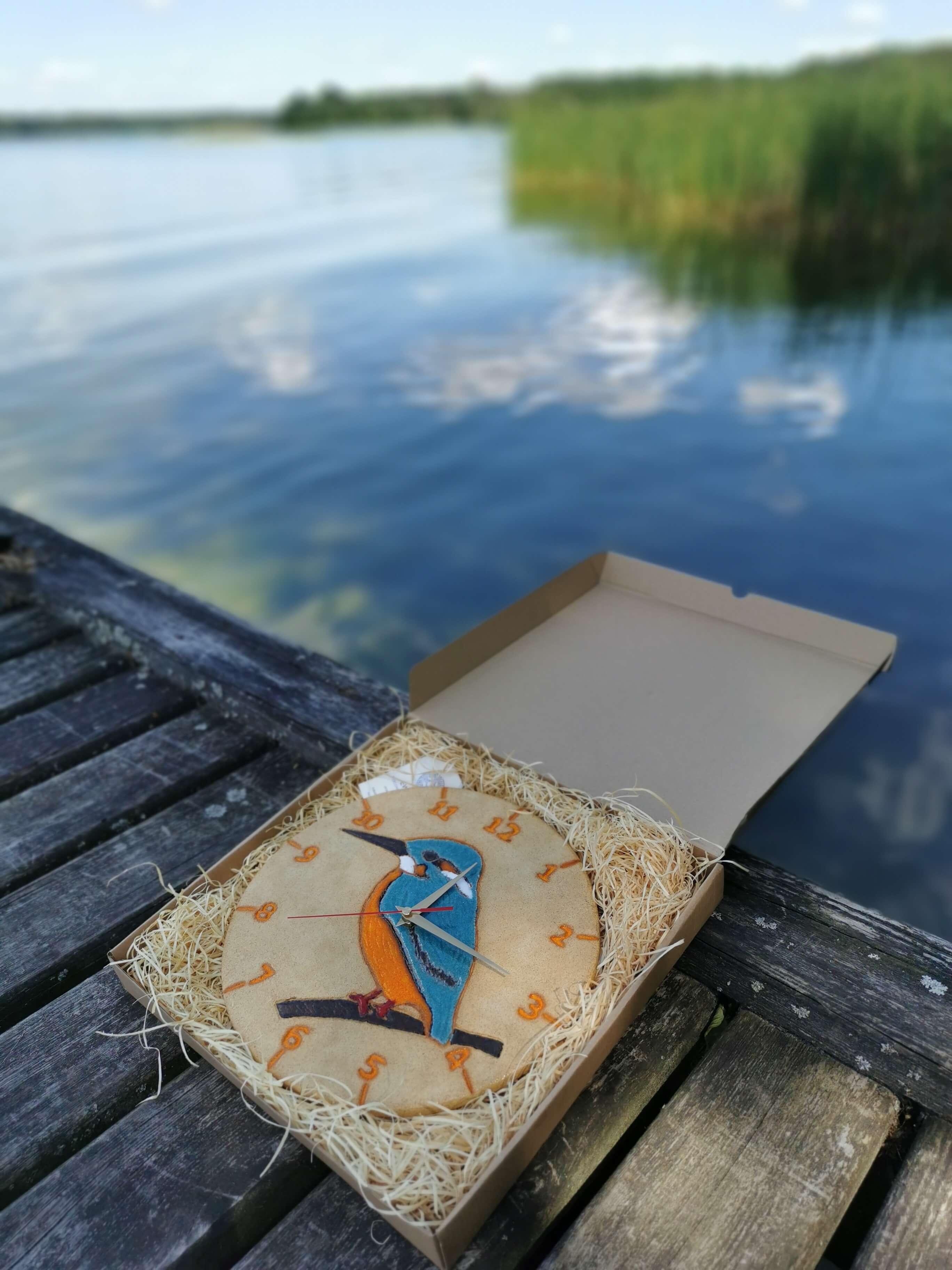 ptasi-zegar-zimorodek-nad-jeziorem