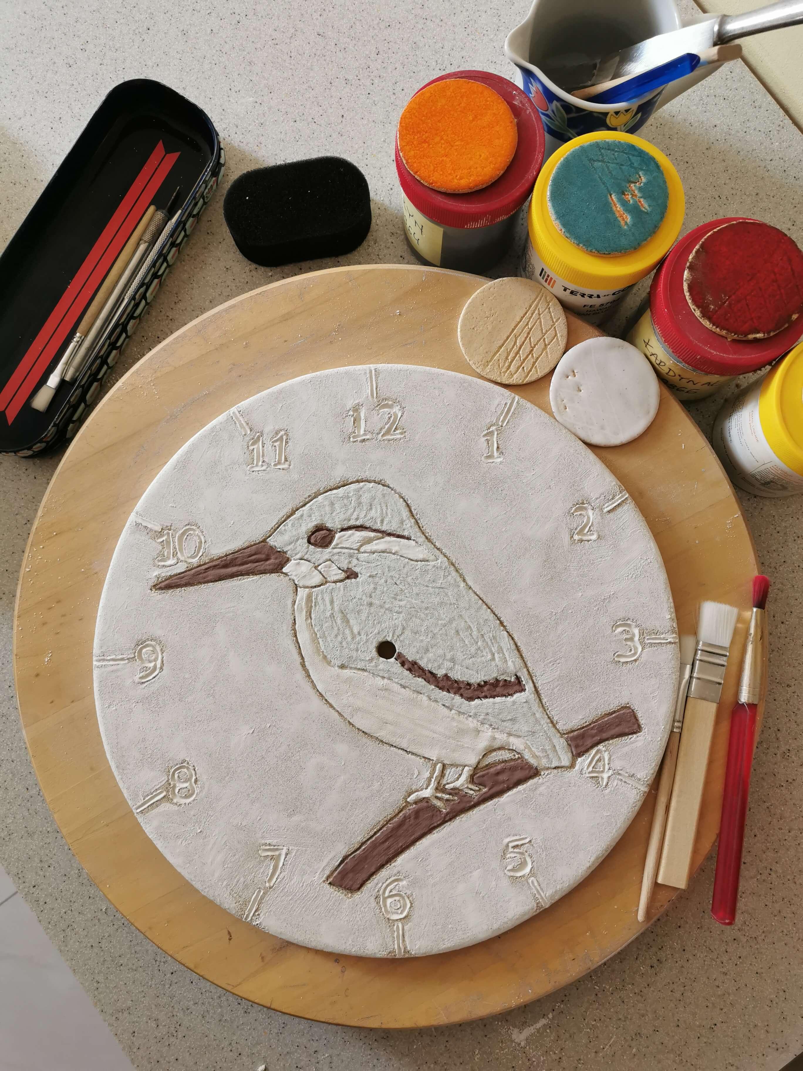 ptasi-zegar-zimorodek-w-trakcie-pracy